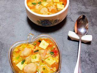 虾滑番茄豆腐蛋花羹,鲜美可口的虾滑番茄豆腐蛋花羹盛入容器中
