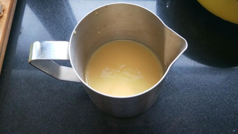 铜锣烧(印花版),把面糊倒入一个有尖嘴的杯子。容易操作。没有的话,就用勺子舀。