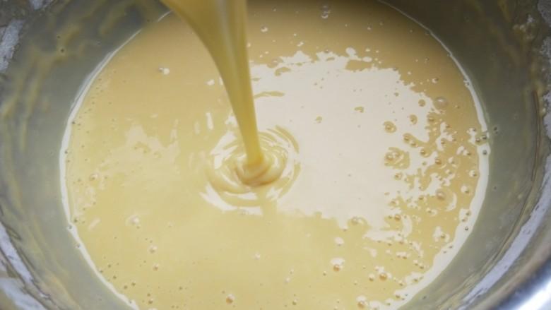铜锣烧(印花版),面糊的稠稀度是提起打蛋器。线形流畅滴落,面糊滴落后能立刻融合不见。然后静置十分钟。