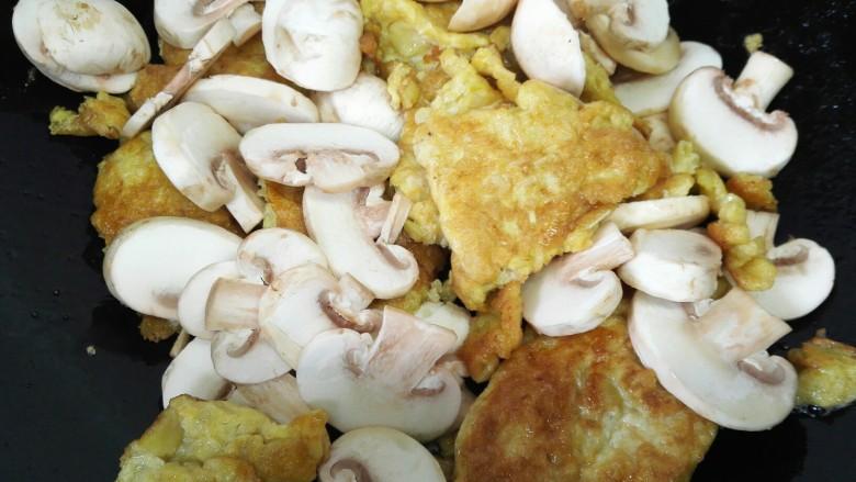 嫩笋煎蛋,放入蘑菇一同翻炒