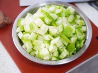 羊肉萝卜汤(鲜嫩可口),切好萝卜放入,再放入其他调料