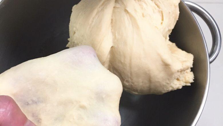 葡萄吐司面包,再次启动厨师机中速5分钟,高速5分钟,面团自然出膜。