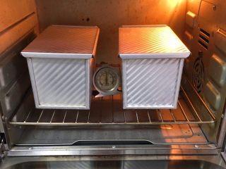 葡萄吐司面包,烤箱预热至190度,吐司盒送入烤箱,烤制40分钟。