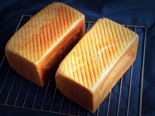 葡萄吐司面包,烤完立即脱模放凉。