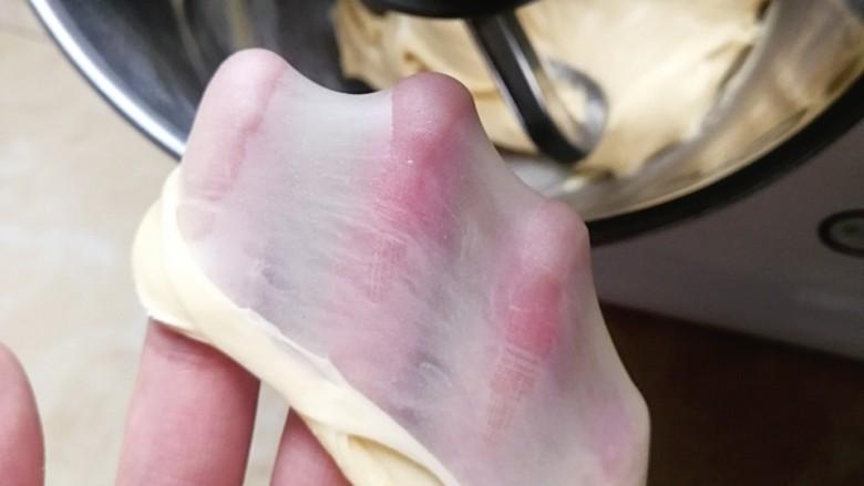 芝士热狗卷,一档揉至黄油全部吸收,转三档揉至完全阶段(能扯出手套膜)