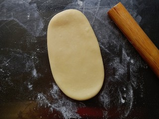 芝士热狗卷,取一个面团,擀成牛舌装
