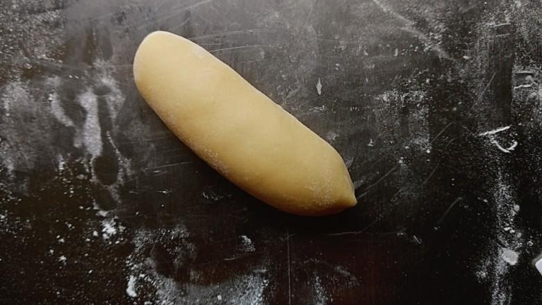 芝士热狗卷,卷成橄榄状,6个面团都卷好后盖上保鲜膜再醒15分钟