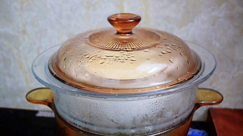 红豆双皮奶,放入烧开水的蒸锅,大火蒸15分钟,再焖5分钟再出锅