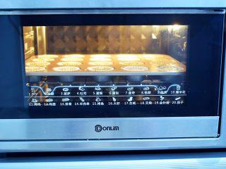 抹茶小蛋糕,放入预热好的烤箱,上下火150度,中层烤25-30分钟左右