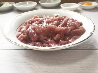 糖醋里脊肉,然后打入一个蛋清,加盐,酱油,料酒进行腌制半小时左右
