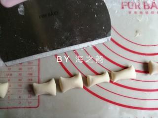 象形豆沙蘑菇包,把32克的小面团搓成细长条,切成8份