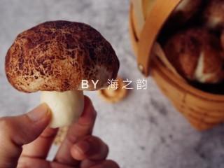 """象形豆沙蘑菇包,把""""蘑菇柄""""塞进去即成一朵逼真的蘑菇"""
