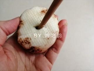 象形豆沙蘑菇包,用筷子在蒸好的包子下端戳个小洞