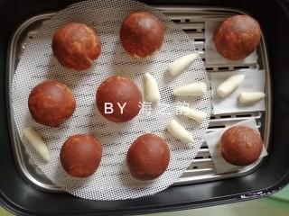 象形豆沙蘑菇包,放在蒸屉上,在温暖处醒发15-20分钟,看到胚子大了1.5倍左右才可上锅蒸。冷水上锅蒸,水烧开后转中小火蒸10分钟,时间到关火,继续焖3-5分钟再开盖