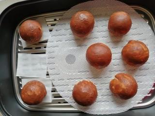 象形豆沙蘑菇包,用手指沾上可可液,抹在光滑的表面