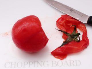 番茄草莓蜂蜜汁,然后把开水烫过的番茄去皮去蒂。