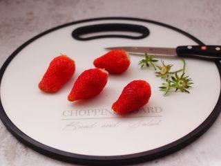 番茄草莓蜂蜜汁,用刀先把草莓的根蒂切出。