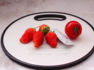 番茄草莓蜂蜜汁,首先备齐所有的食材。