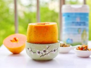 木瓜奶冻,放入到一个饭碗中使其竖立。