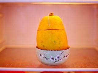 木瓜奶冻,然后放到冰箱里冷冻4小时以上。
