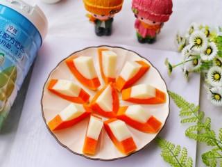 木瓜奶冻,取出木瓜对半切开,然后切片。