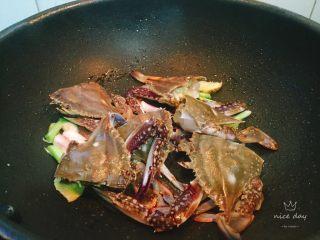 螃蟹白菜汤,放入螃蟹焖