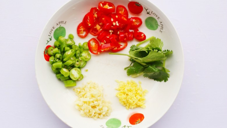 清蒸鲍鱼,准备好材料,青红辣椒切圈,香菜切断,葱切粒,姜切末。