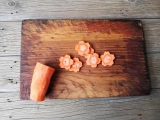 西兰花炒虾仁,胡萝卜洗净去皮切花片。