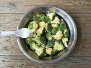 西兰花炒虾仁,西兰花掰小朵,加少量的盐用水浸泡10分钟,洗净。