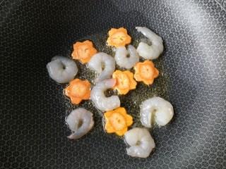 西兰花炒虾仁,再将虾仁下锅。