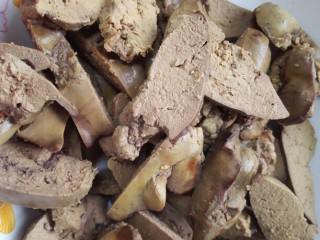 凉拌鸡肝,将放凉的鸭肝切成均匀的薄片
