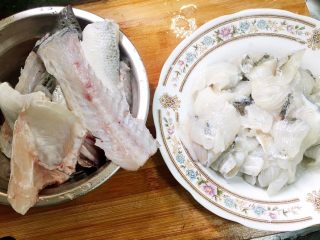 酸菜鱼,把鱼肉和鱼骨分开装好备用。