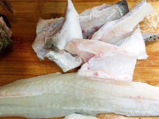 酸菜鱼,把鱼头用剪刀剪开,鱼肚和鱼骨切块状。