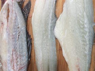 酸菜鱼,把两面的鱼肉片下。
