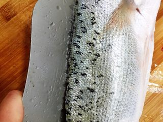 酸菜鱼,接下来片鱼肉,刀一定要紧贴鱼鳍下刀划开。在划到鱼骨时刀要贴近鱼骨才能把鱼肉片干净。