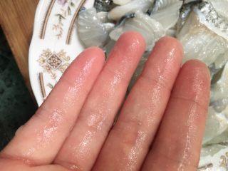 酸菜鱼,抓到手上沾有肉糜,鱼肉变半透明色就可以,不用加蛋清也能跟店里煮的一样Q滑,你若要加蛋清也行。把步骤4的鱼线抽出后鱼肉无需放料酒,只放少许白胡椒粉就可以去腥了。