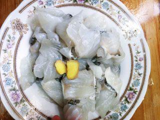 酸菜鱼,抓勺后放入几片姜片,适量的鸡精、少许白胡椒粉和食用油,再次手沾水再轻轻抓匀。