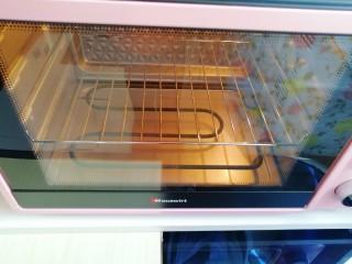 6寸中空戚风蛋糕, 烤箱上下管150度预热。