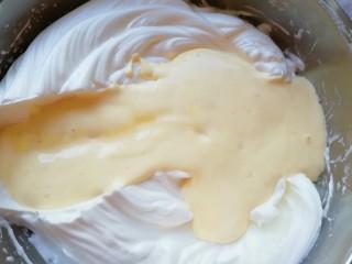 6寸中空戚风蛋糕,再把混合好的蛋黄糊倒回到剩下的三分之二蛋白里面,以同样的手法继续混合均匀。