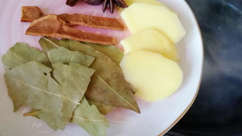 清汤牛肉面,砂锅内加入水,放入焯好的牛大骨,加入生姜大料一起烧开,中小火炖两个小时。