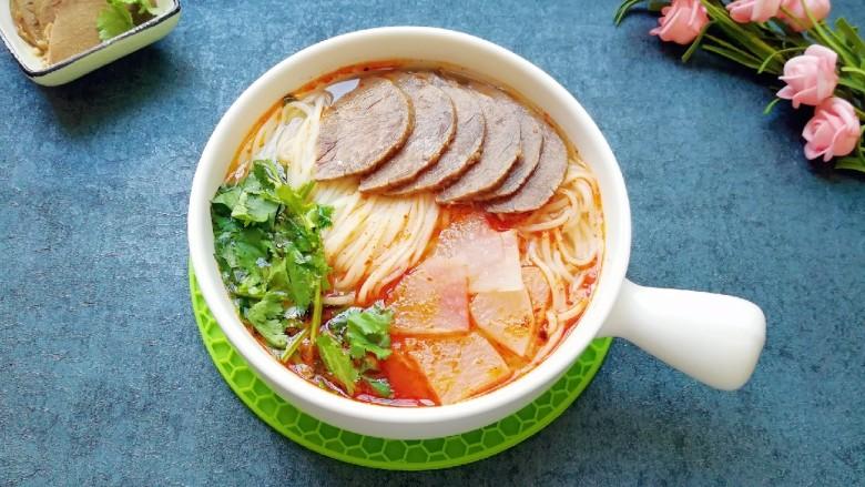 清汤牛肉面,一碗香喷喷的牛肉面就做好了。