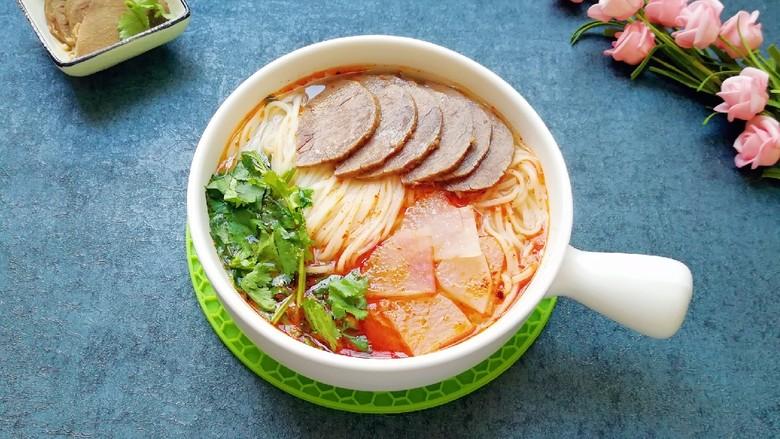 清汤牛肉面,汤浓面劲道。
