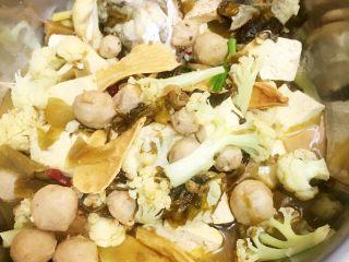 酸菜鱼,待入味后把锅中的材料用漏勺捞出留汤水烫鱼肉。