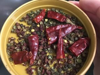 酸菜鱼,锅洗净烧热,倒入比平时炒菜多1倍的食用油,烧热,加入青红花椒和干辣椒段爆香。