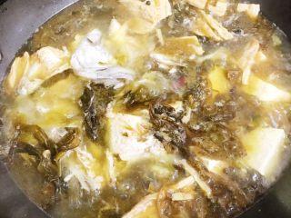酸菜鱼,水烧开后放入煎好的鱼头、鱼肚和鱼骨(也可不煎直接下),水滚开后放入豆腐、腐竹、丸子等想加入的佐料炖煮约十分钟左右。
