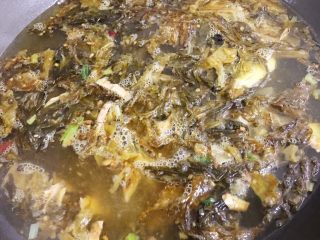 酸菜鱼,酸菜洗净切丝,热油,放入姜丝葱白几粒花椒和1个干辣椒爆香,下酸菜炒香后倒入所需的水烧开。