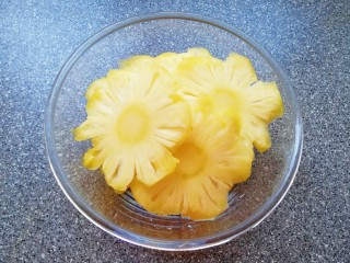 菠萝花,切好的菠萝片放入盆里。