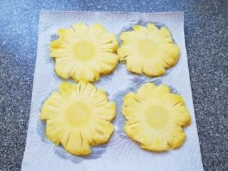 菠萝花,用淡盐水泡过的菠萝片捞出,直接放在厨房用纸上吸干水分。