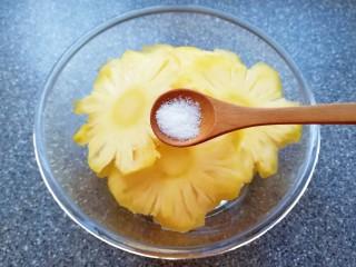 菠萝花,加入盐和纯净水泡10分钟左右。