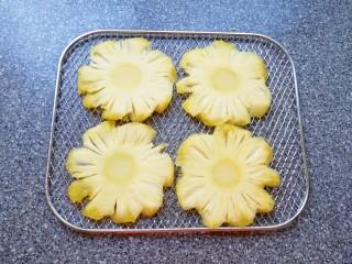 菠萝花,摆在烤网上。